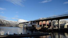 Γέφυρα και μαρίνα νησιών πόλεων Tromsoe στην πρόσφατη χειμερινή ηλιοφάνεια απόθεμα βίντεο