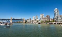 Γέφυρα και μαρίνα Burrard με το Βανκούβερ ` s κεντρικός στο υπόβαθρο στοκ εικόνα