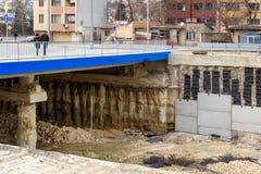 Γέφυρα και μια οδοποιία σε μια πόλη Νέος δρόμος για τα αυτοκίνητα και τους πεζούς Αναδημιουργία και βελτίωση των οδών πόλεων στοκ εικόνα με δικαίωμα ελεύθερης χρήσης