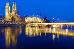 Γέφυρα και μοναστηριακός ναός στη Ζυρίχη Στοκ Εικόνα