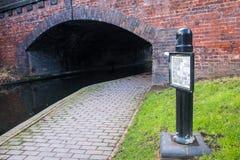 Γέφυρα και μονοπάτι τούβλου στο κανάλι του Μπέρμιγχαμ Στοκ Εικόνες