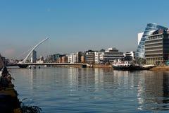 Γέφυρα και ο ποταμός Liffey του Samuel Beckett στο κέντρο της πόλης του Δουβλίνου Στοκ Εικόνα