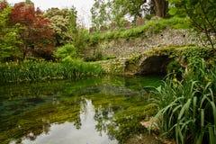 Γέφυρα και ποταμός στον κήπο Nympha στοκ εικόνες