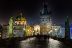 Γέφυρα και πύργος του Charles τη νύχτα, Πράγα, Δημοκρατία της Τσεχίας Στοκ εικόνα με δικαίωμα ελεύθερης χρήσης