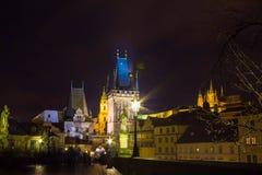 Γέφυρα και πύργος του Charles τη νύχτα, Πράγα Στοκ εικόνα με δικαίωμα ελεύθερης χρήσης