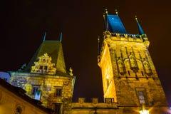 Γέφυρα και πύργος του Charles τη νύχτα, Πράγα Στοκ φωτογραφία με δικαίωμα ελεύθερης χρήσης