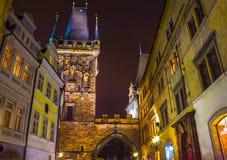 Γέφυρα και πύργος του Charles τη νύχτα, Πράγα Στοκ Φωτογραφία