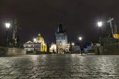 Γέφυρα και πύργος του Charles τη νύχτα, Πράγα, Czechia Στοκ Φωτογραφίες