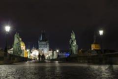 Γέφυρα και πύργος του Charles τη νύχτα, Πράγα, Czechia Στοκ εικόνες με δικαίωμα ελεύθερης χρήσης