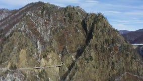 Γέφυρα και σήραγγα στο φράγμα Vidraru στη Ρουμανία απόθεμα βίντεο