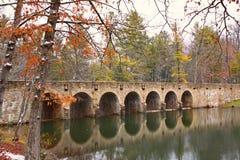 γέφυρα και φράγμα 7 αψίδων στο Cumberland Mtn. Κρατικό πάρκο Στοκ εικόνα με δικαίωμα ελεύθερης χρήσης