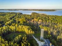 Γέφυρα και φύση παρατήρησης σε Mamerki, λίμνη περιοχής Mazury, Po Στοκ Εικόνες