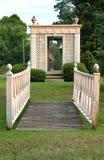 Γέφυρα και gazebo στον κήπο Στοκ Εικόνα