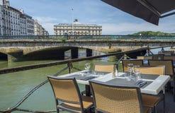 Γέφυρα και Mairie de Bayonne Mayou Pont Aquitaine, Γαλλία στοκ εικόνες