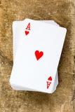Γέφυρα καρτών με τον άσσο των καρδιών Στοκ Φωτογραφίες