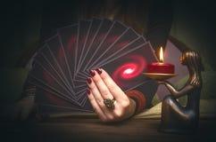 Γέφυρα καρτών Tarot στο χέρι του αφηγητή τύχης Στοκ φωτογραφία με δικαίωμα ελεύθερης χρήσης
