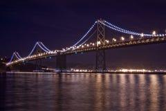Γέφυρα κόλπων του Σαν Φρανσίσκο τη νύχτα Στοκ εικόνες με δικαίωμα ελεύθερης χρήσης