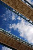 γέφυρα Λονδίνο που φαίνεται πύργος επάνω στις διαβάσεις πεζών Στοκ Εικόνα
