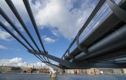 Γέφυρα Λονδίνο Αγγλία χιλιετίας Στοκ φωτογραφία με δικαίωμα ελεύθερης χρήσης