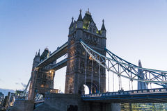 Γέφυρα Λονδίνο πύργων πέρα από τον ποταμό Τάμεσης το βράδυ Στοκ φωτογραφία με δικαίωμα ελεύθερης χρήσης