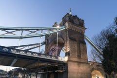 Γέφυρα Λονδίνο πύργων πέρα από τον ποταμό Τάμεσης το βράδυ Στοκ Φωτογραφία