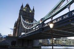 Γέφυρα Λονδίνο πύργων πέρα από τον ποταμό Τάμεσης το βράδυ Στοκ Εικόνες