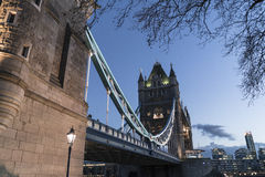 Γέφυρα Λονδίνο πύργων πέρα από τον ποταμό Τάμεσης το βράδυ Στοκ Εικόνα