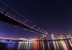 Γέφυρα Λονδίνο χιλιετίας τη νύχτα Στοκ Εικόνες