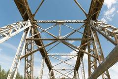 Γέφυρα μετάλλων ενάντια στο φωτεινό μπλε ουρανό Υποδομή και archite Στοκ Εικόνα