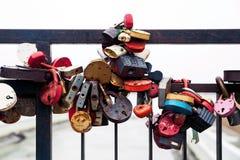 Γέφυρα μετάλλων με τις κλειδαριές Στοκ Εικόνες