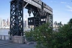 Γέφυρα μεταφοράς αυτοκινήτων ατσάλινων σκελετών και σιδηροδρόμου στοκ φωτογραφία