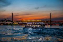 Γέφυρα μετρό στο χρυσό κέρατο στο σούρουπο στοκ φωτογραφίες
