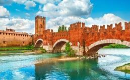 Γέφυρα με τα archs Castelvecchio πέρα από τον ποταμό Adige Στοκ εικόνα με δικαίωμα ελεύθερης χρήσης