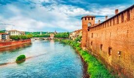 Γέφυρα με τα archs Castelvecchio πέρα από τον ποταμό Adige Στοκ Φωτογραφίες