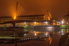 Γέφυρα με την αντανάκλαση στο νερό τη νύχτα Στοκ εικόνες με δικαίωμα ελεύθερης χρήσης