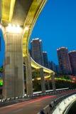 Γέφυρα με τη νύχτα πόλεων scape, Κίνα Στοκ εικόνες με δικαίωμα ελεύθερης χρήσης