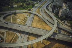 Γέφυρα με τον κηφήνα αυτοκινήτων dslr άνωθεν στοκ εικόνες