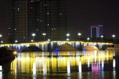 Γέφυρα με το φως νέου τη νύχτα Στοκ Φωτογραφίες
