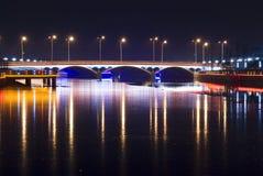 Γέφυρα με το φως νέου τη νύχτα Στοκ φωτογραφία με δικαίωμα ελεύθερης χρήσης