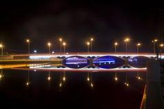 Γέφυρα με το φως νέου τη νύχτα Στοκ φωτογραφίες με δικαίωμα ελεύθερης χρήσης