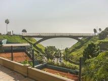 Γέφυρα μπροστά από το Ειρηνικό Ωκεανό στο της Λίμα Περού Στοκ Φωτογραφίες