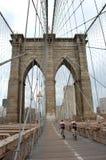 γέφυρα Μπρούκλιν bicyclers στοκ φωτογραφία
