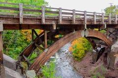 Γέφυρα ξυλείας πέρα από τον ποταμό στοκ φωτογραφίες με δικαίωμα ελεύθερης χρήσης