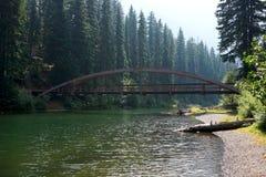 Γέφυρα ουράνιων τόξων που επανδρώνει το πάρκο Στοκ εικόνες με δικαίωμα ελεύθερης χρήσης