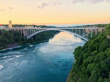 Γέφυρα ουράνιων τόξων στο ηλιοβασίλεμα στοκ εικόνα