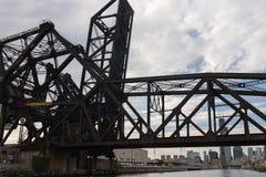 Γέφυρα πέρα από έναν ποταμό στο Σικάγο κεντρικός Στοκ φωτογραφίες με δικαίωμα ελεύθερης χρήσης