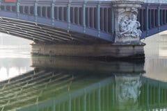 Γέφυρα πέρα από έναν ποταμό Στοκ εικόνες με δικαίωμα ελεύθερης χρήσης