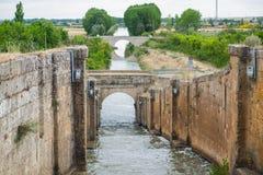 Γέφυρα πέρα από ένα κανάλι άρδευσης στοκ εικόνα