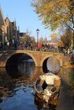 Γέφυρα πέρα από ένα κανάλι στο Άμστερνταμ, Ολλανδία Στοκ φωτογραφία με δικαίωμα ελεύθερης χρήσης