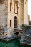 Γέφυρα πέρα από την τάφρο νερού Scaligero Scaliger Castle - ορόσημο φρουρίων στη λίμνη Garda, Sirmione, Λομβαρδία, Ιταλία στοκ φωτογραφία